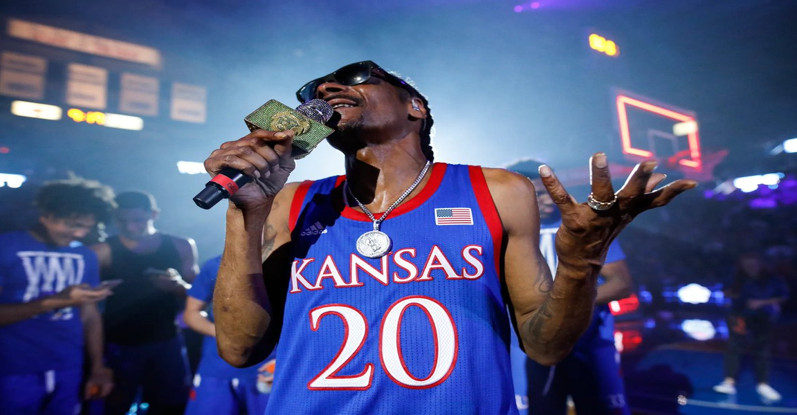 Snoop Dogg Employs A Full Time Blunt Roller Who Earns $50,000 A Year