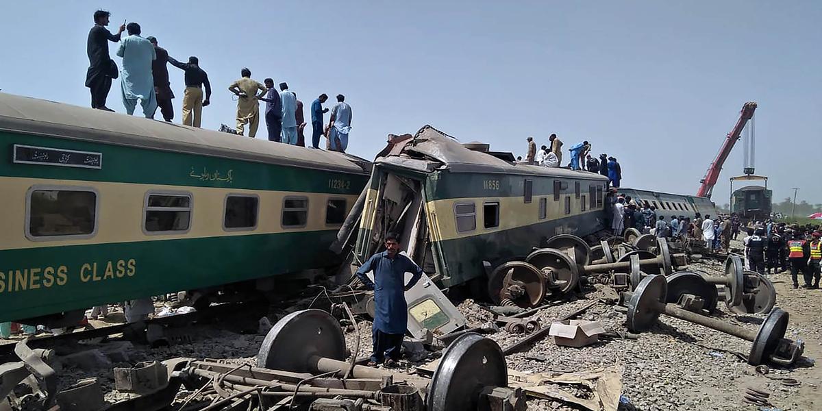 Pakistani train crashes, leaving at least 33 dead