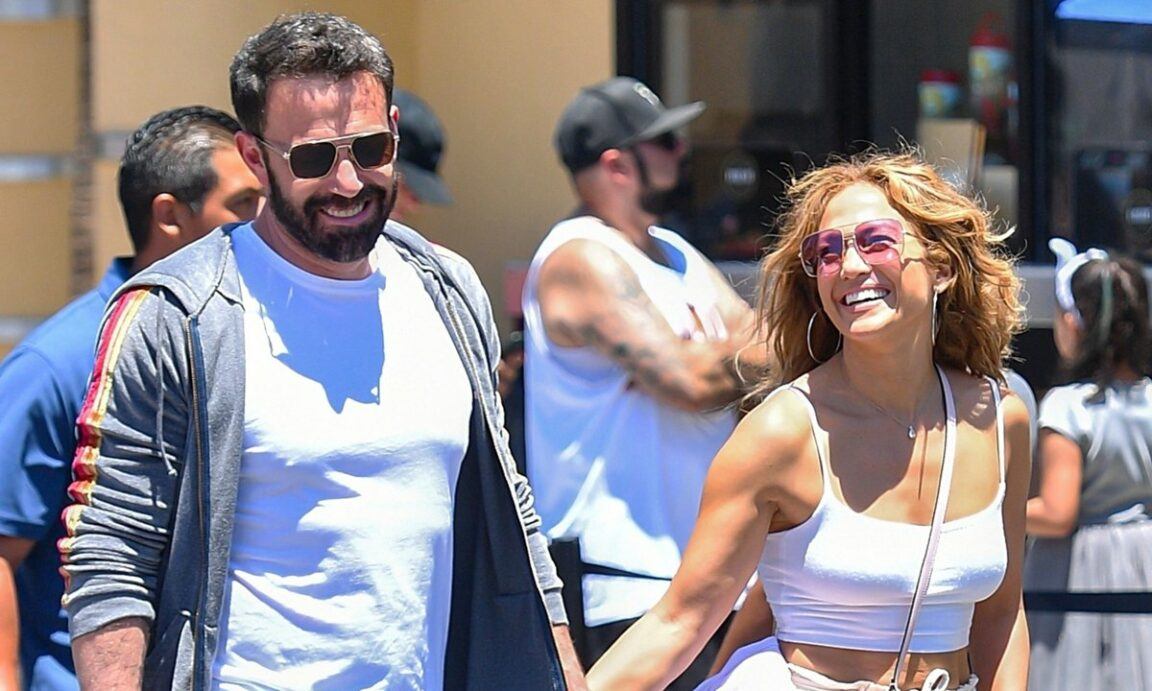 Jennifer Lopez and Ben Affleck recreate their hottest photo 20 years later