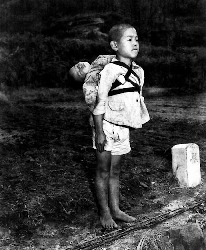 The touching story of the boy carrying his brother in World War II