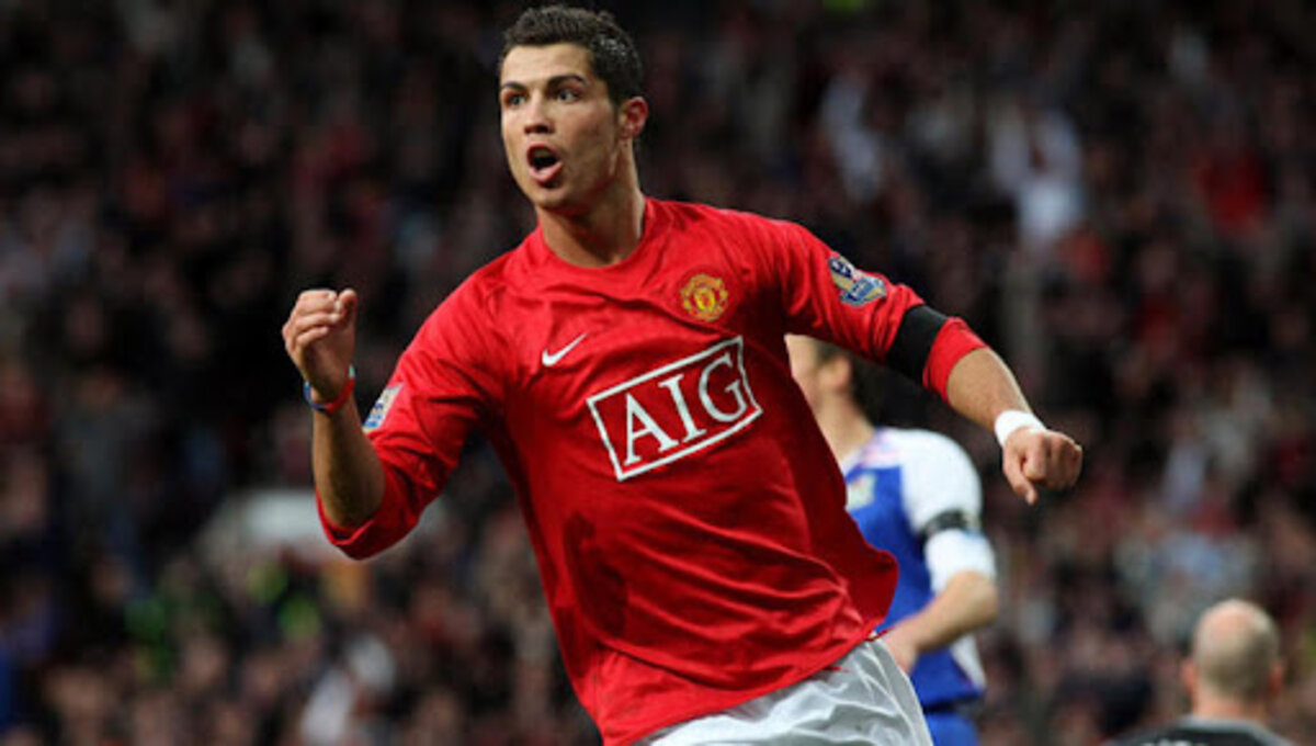 Cristiano Ronaldo returns home to Manchester United