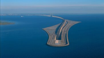 This is the Oresund bridge-tunnel, the incredible work that unites Sweden with Denmark and the rest of Europe